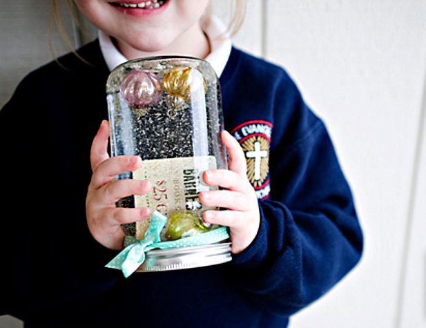 You won't believe the things you can do with a mason jar! Just ask DIY Joy.